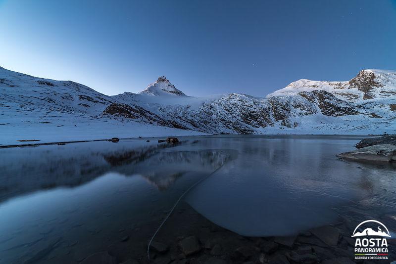 Ora blu lago goletta ghiacciato